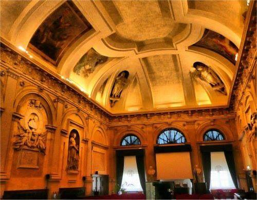 """Scatto """"rubato"""" all'interno della Loggia dei Mercanti, al centro di Ancona. La sala rappresentata, """"Sala Tibaldi"""", funge da Centro Congressuale. Risale al XV secolo. #ancona"""