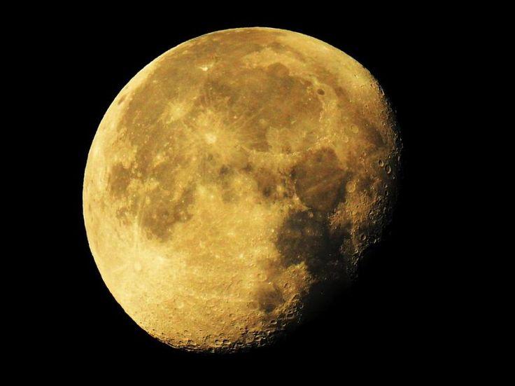 """Ученые: Луна имеет внушительные запасы воды http://oane.ws/2017/07/26/uchenye-luna-imeet-vnushitelnye-zapasy-vody.html  В последние годы астрофизики активно разрабатывают план колонизации Луны, которую вплоть до 2008 года считали """"обезвоженной"""". Последние данные указывают на то, что на земном спутнике все-таки есть вода - и в немалых количествах."""