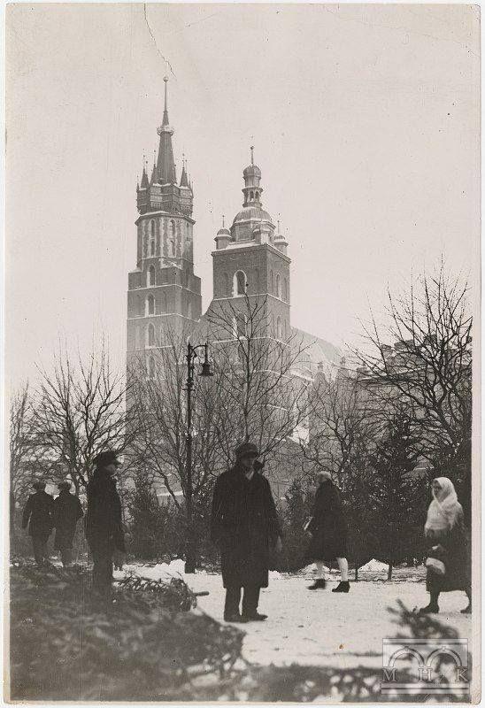 """Fot. Sprzedaż choinek na Rynku Głównym, przed 1939r., Agencja Fotograficzna """"Światowid"""", wł. MHK."""