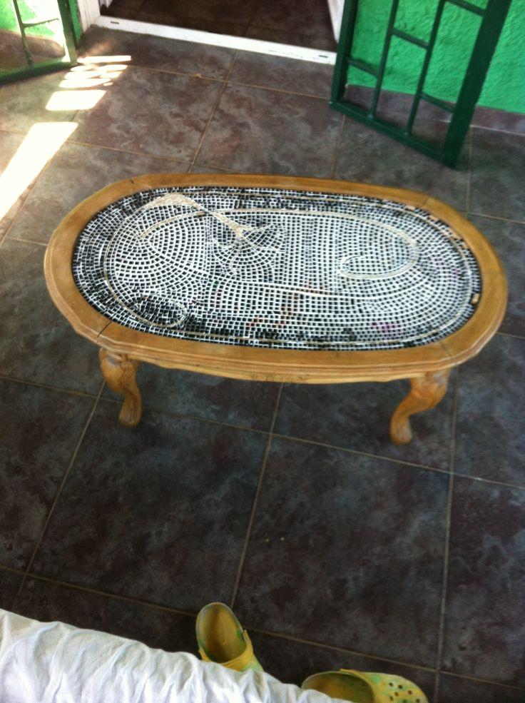 Tavolino col ripiano rotto trovato vicino a un cassonetto, ripulito e mosaicato da me medesima
