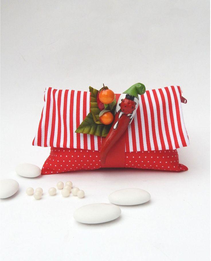 Corno Rosso applicato su Bustina rivestita in tessuto, completa di 5 deliziosi praline rosse ai cerali. Super promo.