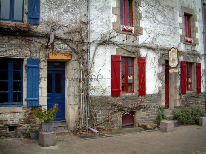 Rochefort-en-Terre: Due case con le persiane blu, e con le persiane rosse