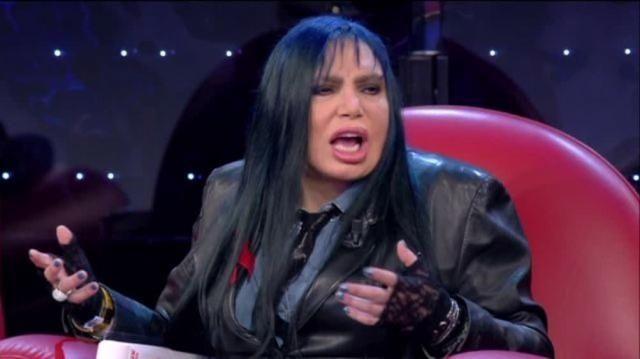 Le due cantanti, giudici di Amici 15, hanno litigato durante la registrazione della quinta puntata.