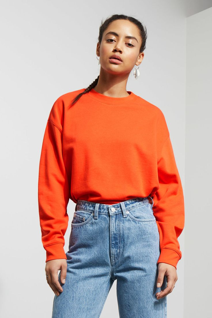 The Huge Cropped Sweatshirt is made from a soft cotton-blend and has an oversized and slightly cropped fit. It has a simple round neck and long sleeves wit