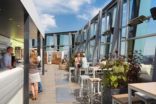Im Clouds Hamburg auf dem Dach der Tanzenden Türme an der Reeperbahn hat man einen Rundum-Panoramablick auf die gesamte Hafenstadt