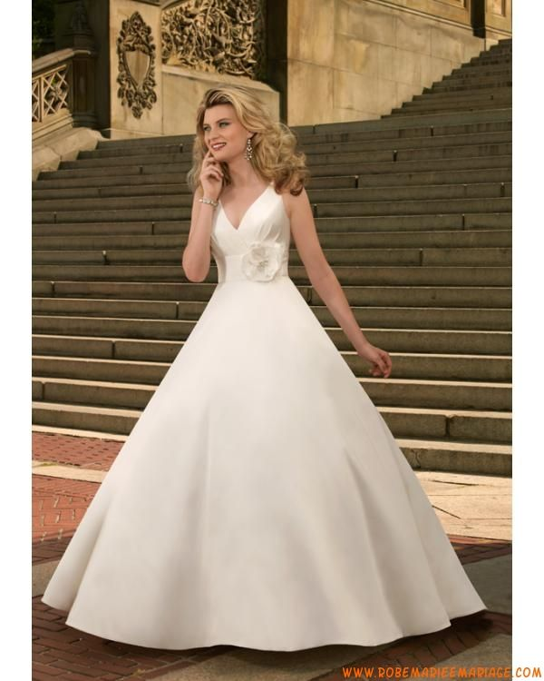 robe de mariée en taffetas avec traîne col en V blanche