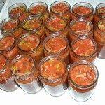 Fazuľové lečo: cibuľa - 1 kg paprika - 1 kg paradajky - 1 kg suchá fazuľa - 1 kg olej - 2 dl kryštálový cukor - 200 g ocot - 1 dl Deko - (preosiate) paradajkový pretlak - (400 ml) 2 ks 1.Uvaríme fazuľu v slanej vode do polomäkka. 2.Nakrájame zeleninu na kúsky.3.Na oleji urestujeme cibuľu 4Pridáme papriku a paradajky.5.Pridáme uvarenú fazuľu. . 6.podusíme, pridáme 2 veľké rajčinové pretlaky a preosiate Deko. 8.Zamiešame a naplníme poháre. 9.Uzatvorené sterilizujeme 10-15 min.