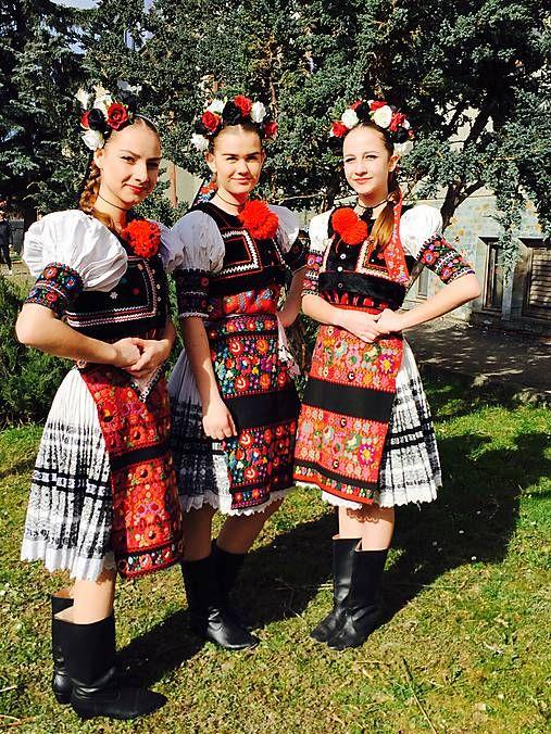 blasť Dobrej Nivy je známa svojím bohatým folklórom. Kroje dievčatá dedia z kolenis na pokolenie a čo to si aj samé vylepšia. Farebná 3kombinácia biela, čierna, červená je typická pre tento kraj. Aby dievčatá pôsobili súčasne mohli využívať niečo svoje tak charakteristické či už na festivaloch alebo svadbách vyrobila som tieto 3 čelenky. Každá je iná aj keď farebne sú zachované 3farby.