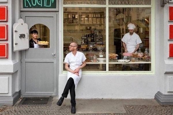 Mr. Minsch in Berlijn    In deze zaak van toppatissier Andreas Minsch worden elke dag meer dan 25 verschillende taarten geserveerd, de ene nog lekkerder dan de ander. Bovendien is het moeilijk kiezen tussen een enorm groot kaneelbroodje en de populaire Schwarzwälder-kirsch.