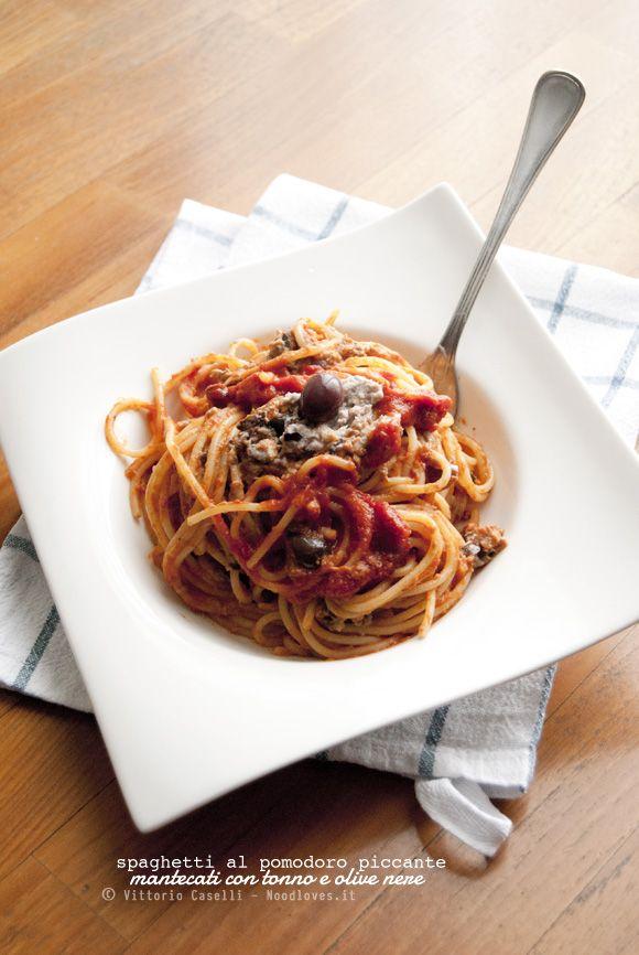 SQUISITI! Una pasta pronta in soli 10 minuti e dal sapore fresco e gustoso. Spaghetti al pomodoro piccante mantecati con paté di tonno e olive nere.