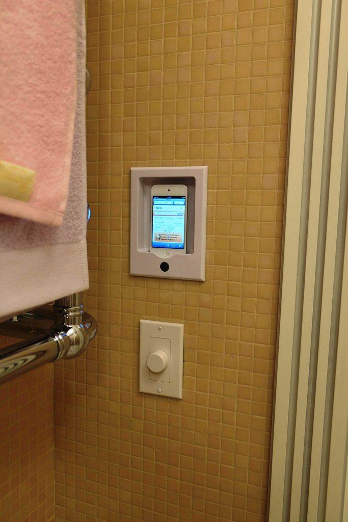 Док станция для iPod и регулятор громкости в ванной комнате. Звук с iPod, в т.ч. интернет радио и прочие аудио источники можно прослушивать через потолочную архитектурную акустику.