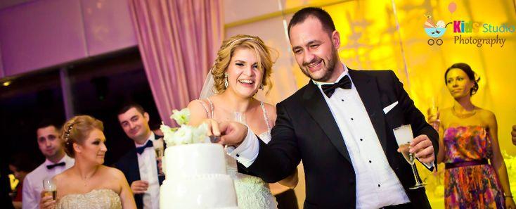 Nuntile au devenit in ultimii ani un adevarat ceremonial, un moment in care mirii incearca sa impresioneze prin fast si prin opulenta. Noi va oferim posibilitatea de a impresiona invitatii prin alte mijloace, care cu siguranta va vor starni, cel putin, curiozitatea. Utilizarea fotografiilor in timpul nuntii este cea mai buna metoda de a le …