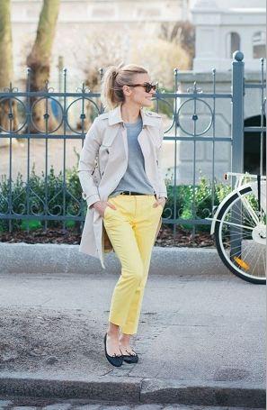 黄色スキニーパンツとトレンチコート着こなしコーデ