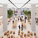 APPLE STORE CON DETTAGLI IN TRAVERTINO Il flagship store di Apple a Regent Street, Londra firmato da Foster + Partners segue un nuovo approccio dell'azienda che punta sui servizi e sull'intrattenimento. Tre aree Avenue, Boardroom e Forum destinate a presentazione prodotti, spazio incontri e area business. Spettacolari i 12 alberi di ficus nella zona centrale e le scalinate gemelle con corrimano intagliato in pietra chiara. Scopri di più…