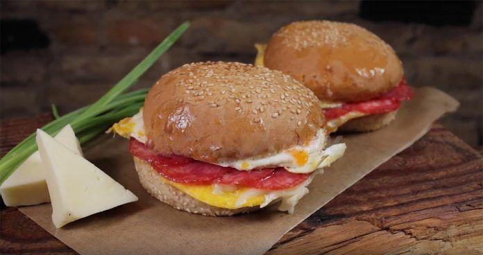 Бургер на завтрак! Получается круче, чем в Макдональдсе!