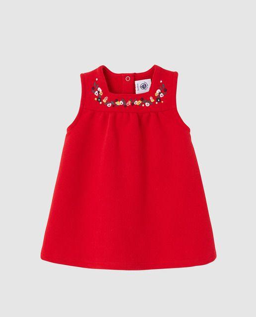 Vestido en color rojo, sin mangas y cuello redondo. Tiene el cierre en la espalda mediante automáticos y lleva detalle de bordado a contraste en el canesú.