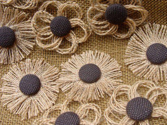 Flores de arpillera de colores con botón
