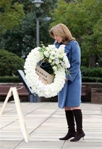 ケネディ大使、長崎を初訪問 被爆体験談「深く心動く」  平和祈念像に献花するキャロライン・ケネディ駐日米大使=12月10日、長崎市、岩下毅撮影