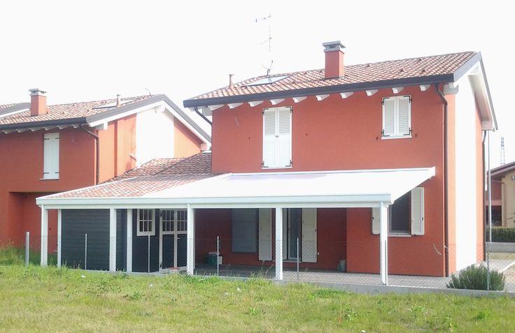 Casetta e pergolato. Notare il particolare dei due rivestimenti del tetto: finto coppo per la casetta, bianco per il pergolato.