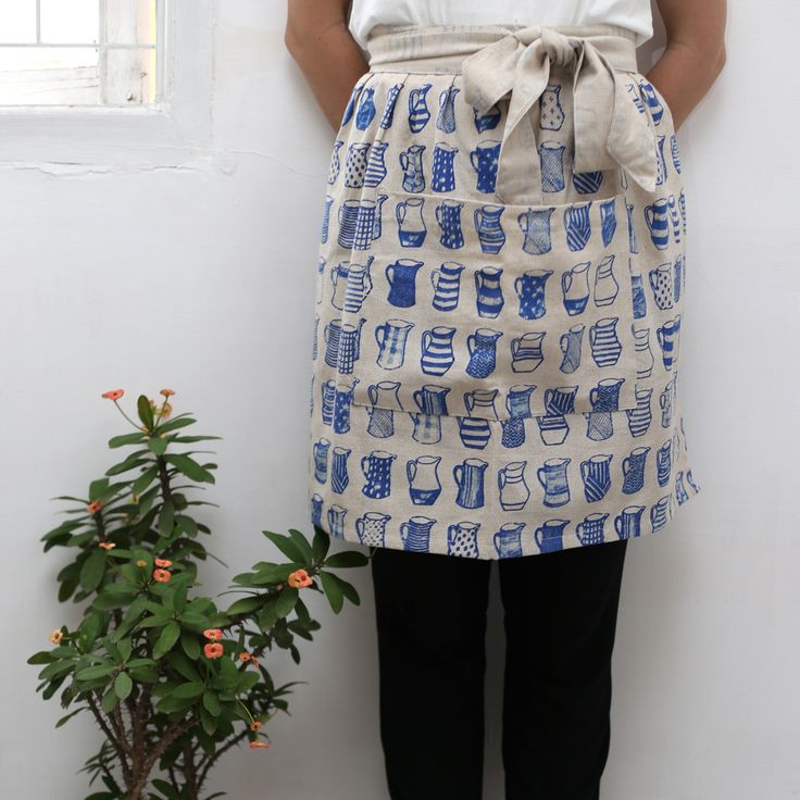 Featuring signature china blue jug prints, the half apron renders style and simplicity. #chinajugs #design #halfapron #chinablue