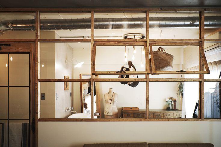 リビングと洗面室・家事室を区切る室内窓。 製作はHACHI KAGU。 by EIGHT DESIGN
