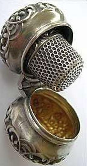 Dedal, LRM. - A beautiful sterling silver -housewife-  (pronounced hussif), thimble in its own exquisite case.