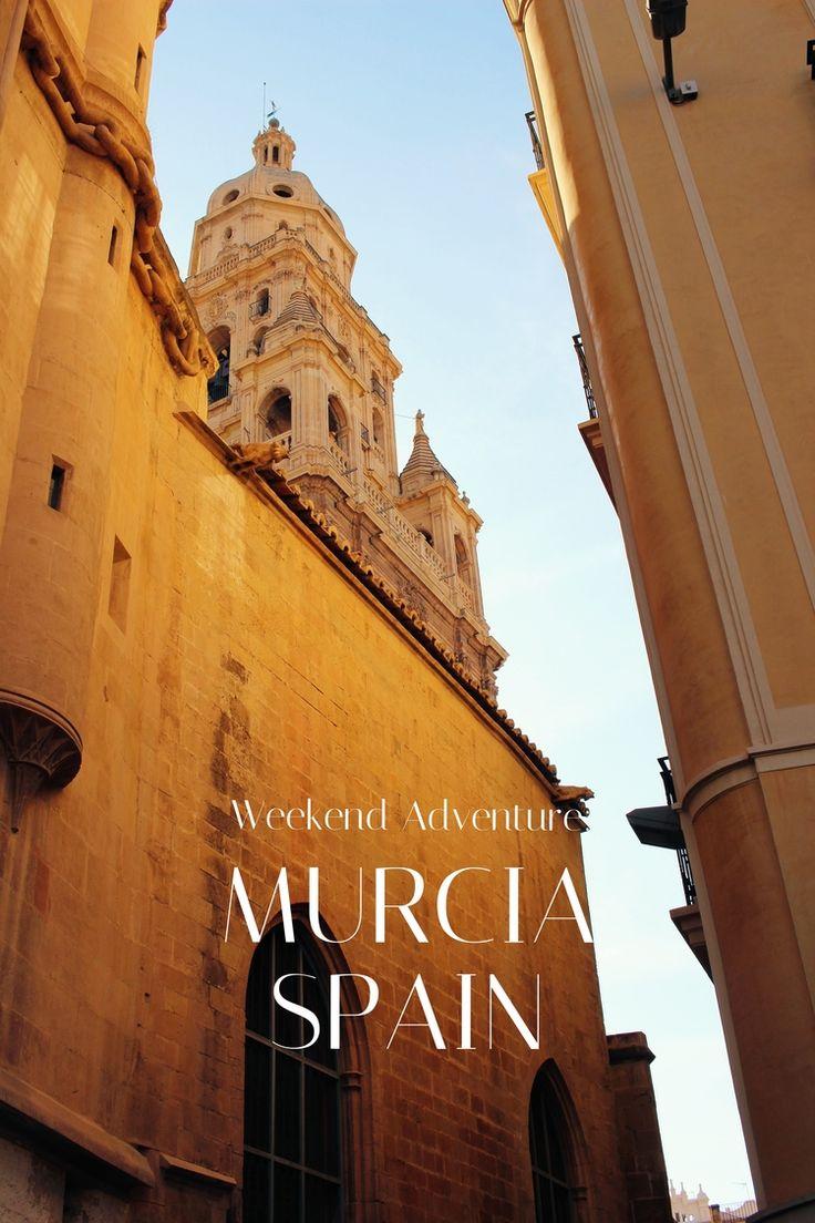 Este es un folleto que quiere visitar Murcia para una aventura de fin de semana.