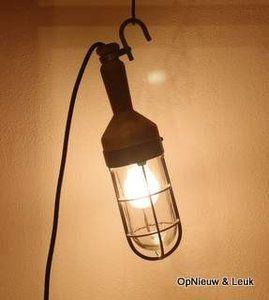 Elektrische looplamp met houten handvat en koperen putsglas, ingeslagen initialen 'JR'. De lederen kabelbeschermer ontbreekt. De lamp is te vinden in het Marinemuseum te Den Helder. Een mus...