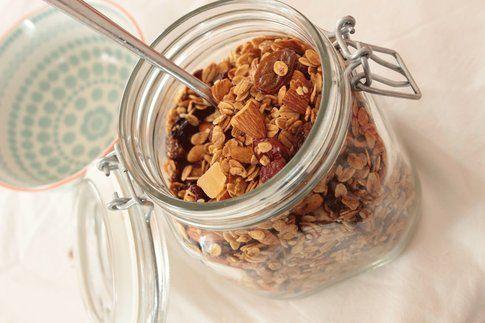 Articolo scritto da Tamara del blog Tamara Pallaro del blog My Bake Therapy. Preparare i cereali per la colazione a casa propria è più semplice di quanto si pensi. Pochi ingredienti che possiamo variare a nostro gusto, una passata in forno e la colazione per la settimana è pronta! La Granola è un mix di avena, miele, frutta secca e disidratata cotta in forno e perfetta per yogurt, latte o gelato. Da non confondere con il muesli (non cotto e meno dolce) ha origini australiane e da noi è…