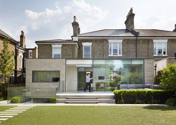 Les architectes londoniens de Studio Octopi ont été chargés de rénover une maison de style géorgien datant de 1860 et située à l'ouest de Londres mais également de lui fournir une extension contemporaine en brique et en verre.  Le but étant d'améliorer la connexion entre la maison existante et son jardin. Ce remodelage comprend une extension du rez-de-chaussée de 65 m² et un sous-sol de 100 m². Les espaces du rez-de-chaussée ont été re-configurés et le sous-sol dispose de deux nouvelles...
