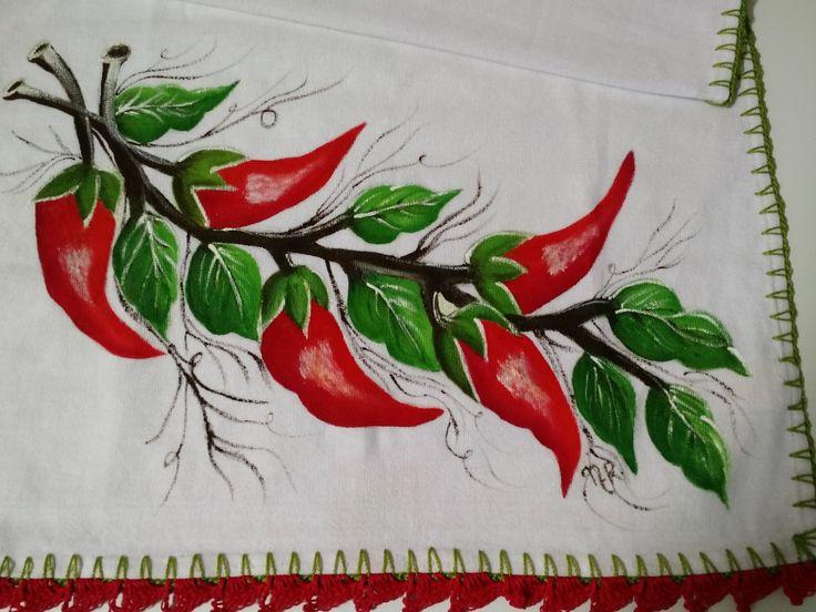 Pano de prato pintado a mão pimentas, com acabamento em crochê. Medidas: 47 cm x 74 cm.