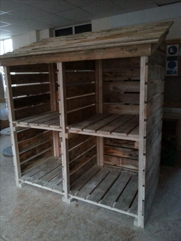 Log store made from reclaimed pallet wood pieces