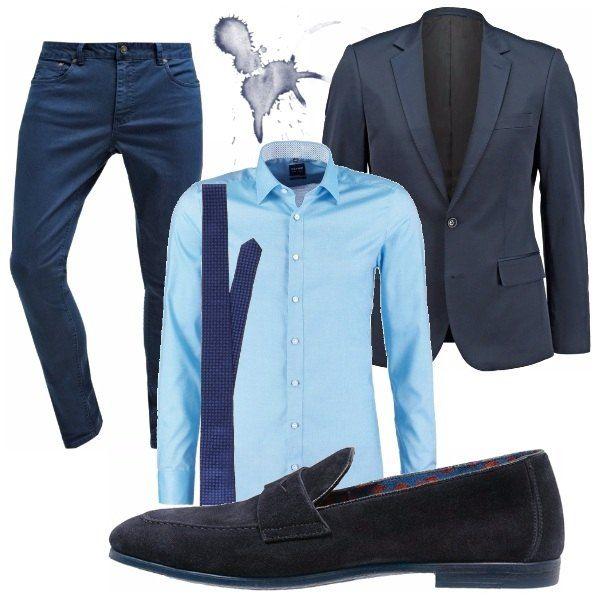 Come presentarsi in modo elegante ad un importante appuntamento di lavoro? Accostando il classico blu a capi giovanili, un jeans dal taglio slim e degli unconventional mocassini blu. Per il professionista che sa seguire la moda.