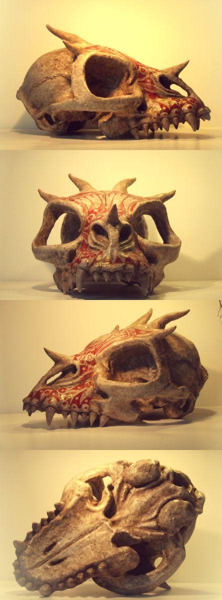 Cráneo de dragón decorado a la manera de los dracónidas por La Mathomería.