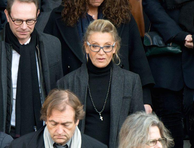 """La nouvelle a bouleversé la chanteuse: son fils, Ludovic, est décédé ce 7 juillet. Il avait 42 ans et a décidé de mettre fin à ses jours. Sheila a annoncé la nouvelle via son manager, qui a lui-même publié un communiqué dans lequel il est écrit: """"Sheila a la douleur d'annoncer le décès de son fils, Ludovic, survenu dans la nuit du 7 au 8 juillet, à l'âge de 42 ans. L'inhumation aura lieu dans l'intimité familiale. Afin de respecter une mère en deuil, il n'y aura aucune réponse par Sheila ou…"""