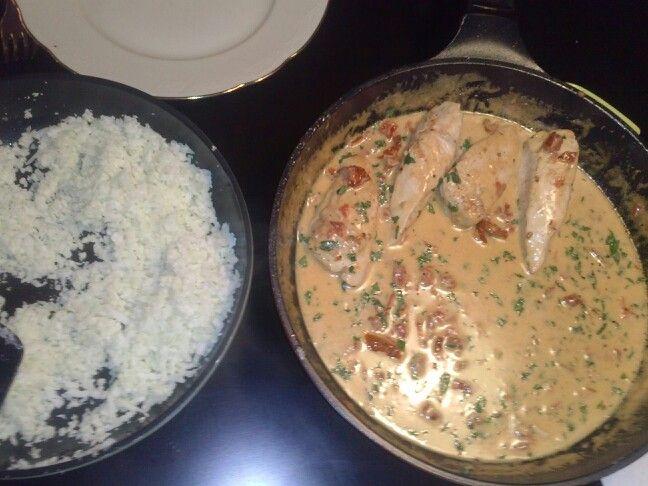 Aftensmad: kylling i cremet parmesan og soltørrede tomat-souse og Blomkålsris.