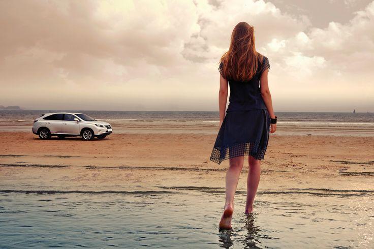 잘 닦인 아스팔트와 좁고 넓은 도심의 밤과 낮, 자갈과 모래 혹은 풀숲의 풍경. RX 450h는 자신에게 주어진 길이 어떤 모습이든 상관없이 너그럽게 받아들인다. | Lexus i-Magazine Ver.5 앱 다운로드 ▶ www.lexus.co.kr/magazine #Lexus #Magazine #RX #RX450h #hybrid