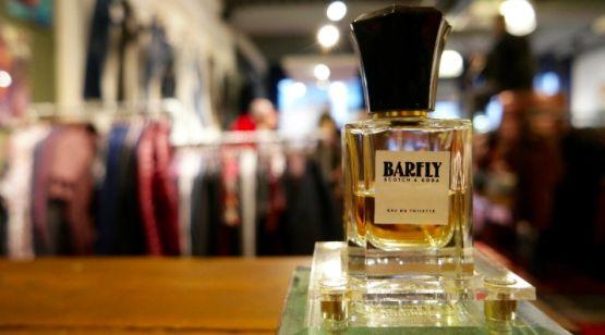 Met het #parfum 'Barfly van #Scotch&Soda heb je nog nooit zo lekker geroken.  Barfly is de eigen geur van het merk Scotch&Soda. Net als je #kleding heeft deze geur een eigen #karakter en zit deze geur vol #details. Met frisse hoofdtonen van #citroenkruid, #middentonen van #lavendel en #jasmijn, #sandelhout, #muskus en #vanille is #Barfly een intense, maar toch een simpele #geur.