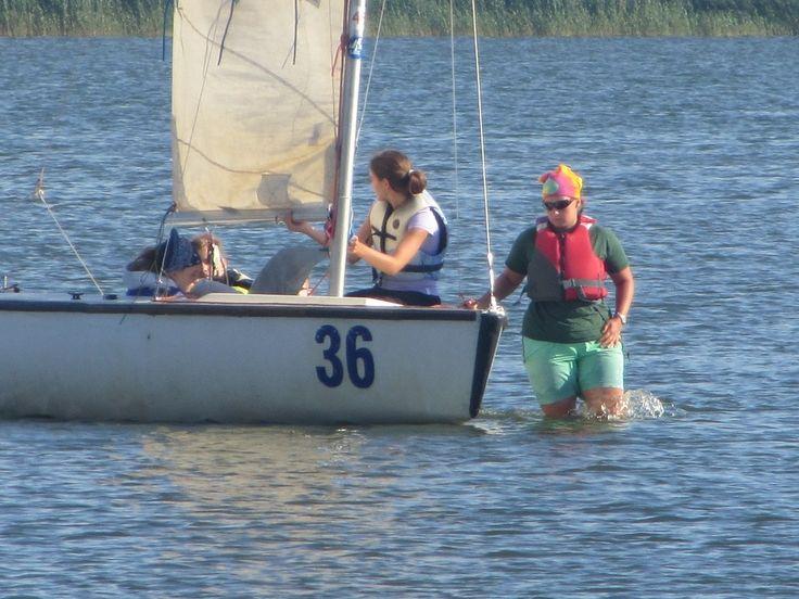W czasie obozu windsurfingowego można dodatkowo wziąć udział w zajęciach z żeglarstwa. #wakacje #zabawa #fun