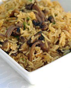 Riz aux champignons à l'indienne : 150g de riz 125g de champignons de Paris coupés en 4 1 oignon coupé en dés 2 pincées de garam masala 1/2 cuillère à café de poudre de curry 1/2 cuillère à café de graines de cumin 2 gousses d'ail râpées un petit bout de gingembre frais râpé 1/2 cuillère à café de concentré de tomates quelques feuilles de coriandre fraîche de l'eau de l'huile du sel à votre goût #végé