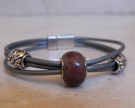 pulsera de cuero con cuenta de cristal de murano y piezas de pewter y zamak pulsera cuero metal cristal enfilado