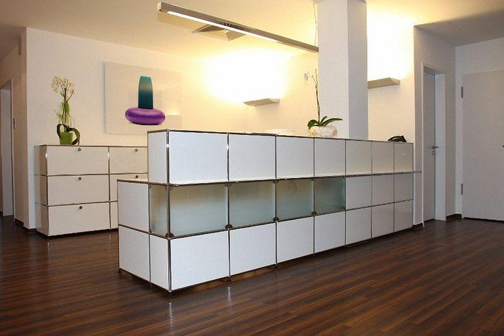 USM Haller Empfangstheke reinweiss mit Glaseinsätzen
