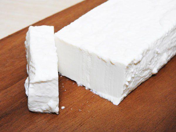 最近、テレビなどで紹介されてブームになっている『塩豆腐』。その名の通り、塩をまぶし水分を減らして熟成させた豆腐のことです。「濃厚でモチモチのモッツァレラチーズみたい!」というコメントを聞いて、期待して試したけどそれほどでもなくない? っていう、ちょっと物足りない思いをしたみなさん。今度は『塩麹豆腐』を試してみ