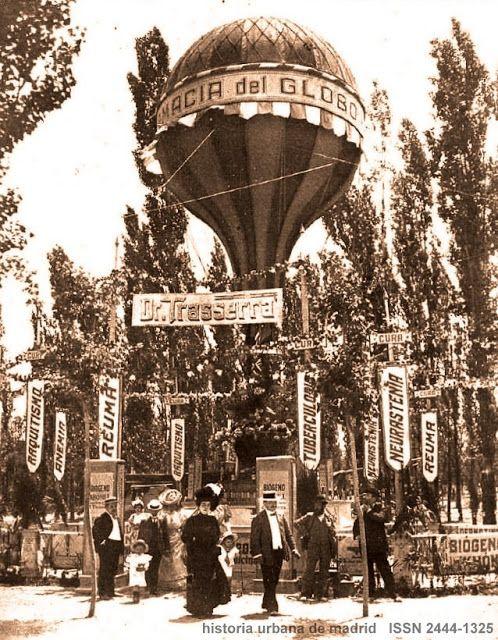 """Fototeca HUM. Farmacia del Globo. Madrid, 1907. Es Madrid, el de 1907, y su Exposición de Industrias celebrada en el """"Campo grande"""" de El Retiro.  Para la Fototeca seleccionamos la fotografía publicada en la revista Nuevo Mundo de junio de ese año. Es el pintoresco stand de un comercio madrileño en su máximo esplendor, la """"Farmacia del Globo"""", cuyo reclamo era más que evidente; el globo superaba la copa de los árboles y era visible desde todo el parque. Nada que decir de la carteleria, que…"""