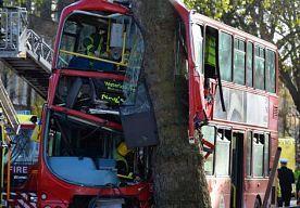 20-Dec-2013 16:46 - DUBBELDEKKER TEGEN BOOM GEREDEN. In Londen is een dubbeldekker tegen een boom gereden. Zeker twaalf mensen raakten gewond. De voorkant van de bus is zwaar beschadigd.