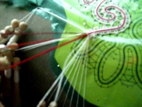 Passaggio del filo colorato in un lavoro a tombolo (+lista de reproducción)
