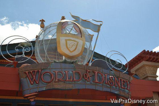 """World of Disney Downtown Disney/ Disney Springs  """"Essa loja é imperdível e merece uma visita , afinal, é a maior loja da Disney .Ali você encontra quase toda a variedade de produtos Disney de uma vez só. Dá para resolver um monte de lembrancinhas da viagem das mais diferentes categorias: bichinhos de pelúcia, itens de cozinha, roupas, papelaria, bijuterias, brinquedos, etc. """" .DICA:Excelente oportunidade de comprar algum produto que deixou de comprar nos parques ."""