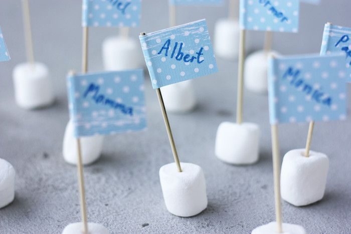 These little Marshmallow Name Flags from @Erlend Johansen are the cutest way to mark your guest's seat at a party! /ES