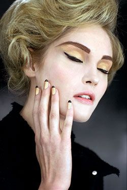 Gilded.: Nails Colour, Nails Color, Black Eyeliner, French Tips, Chanel Black, Thick Eyebrows, Beautiful Fashion, Paris Shanghai, Gold Eye