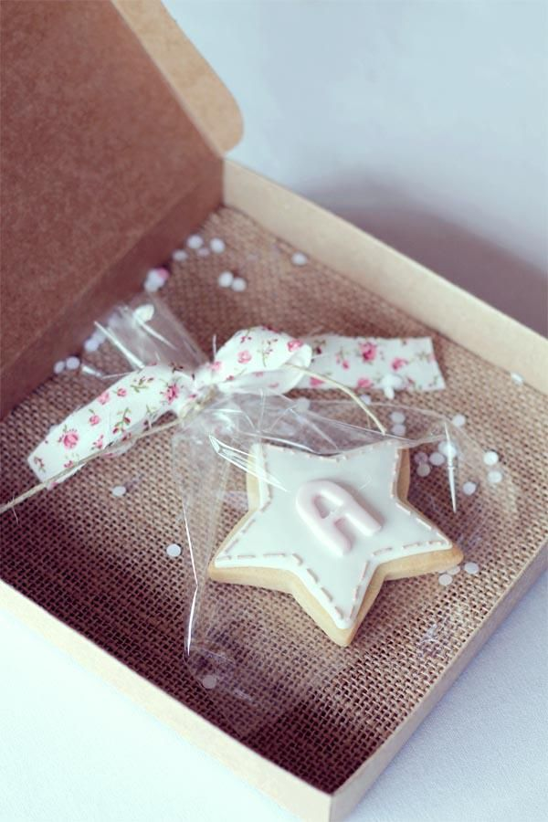 cookie favor in a burlap-lined kraft box with fabric tie